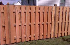 Забор из деревянного штакетника типа «шахматка»